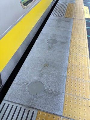 JR西船橋駅の総武線ホームに現れた丸い穴 その1